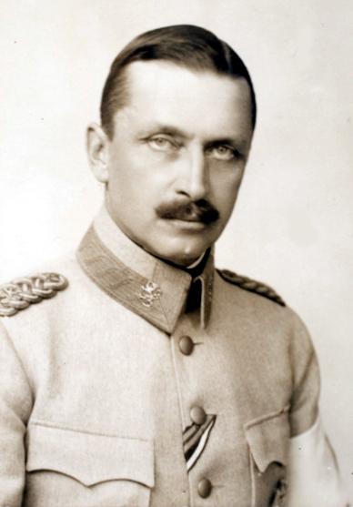 Mannerheim oli kenraaliluutnanttina Venäjän itärintamalla 1917 vallankumouksen alkaessa.