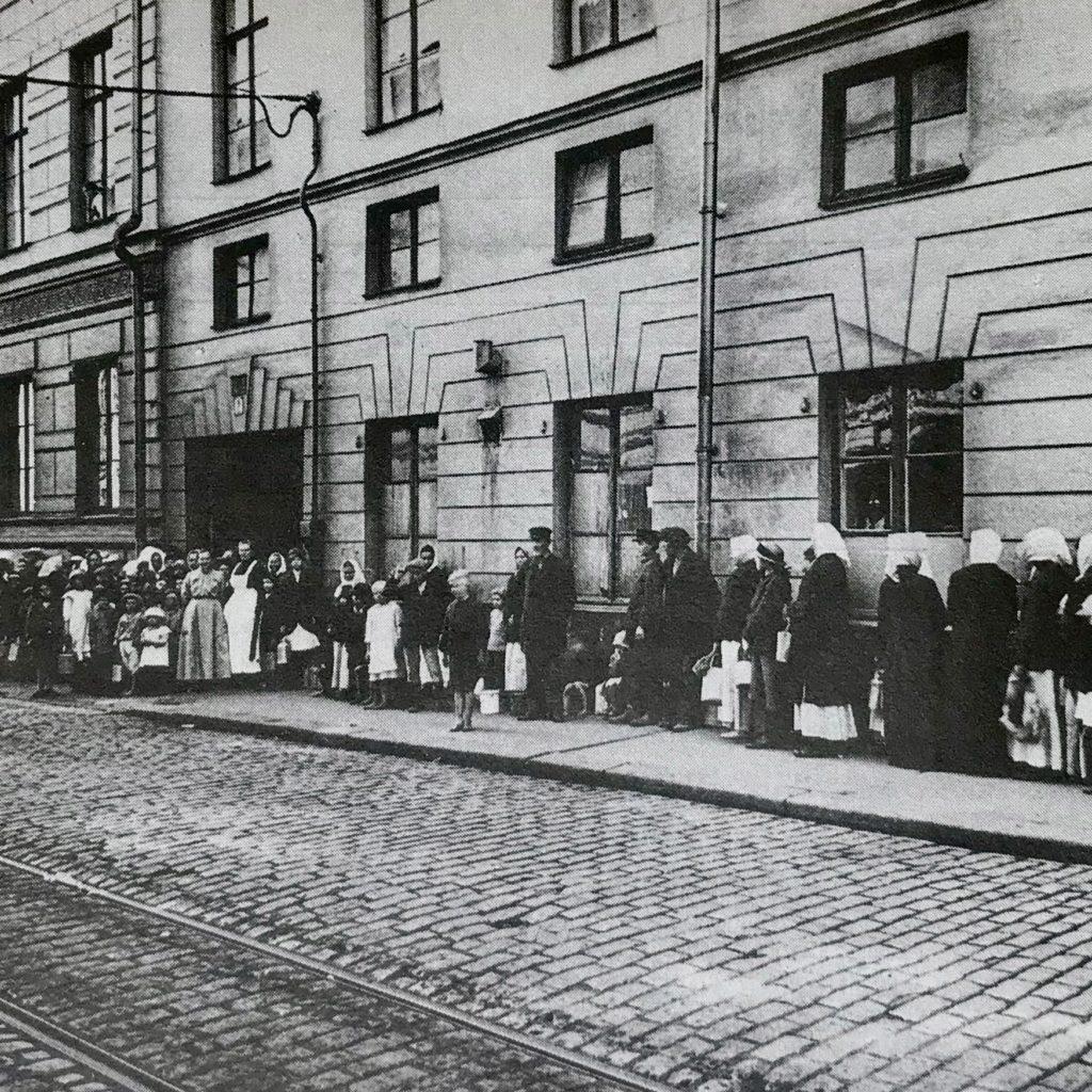 Elintarvikepula, köyhyys ja sairaudet aiheuttivat tyytymättömyyttä Suomessa 1917.