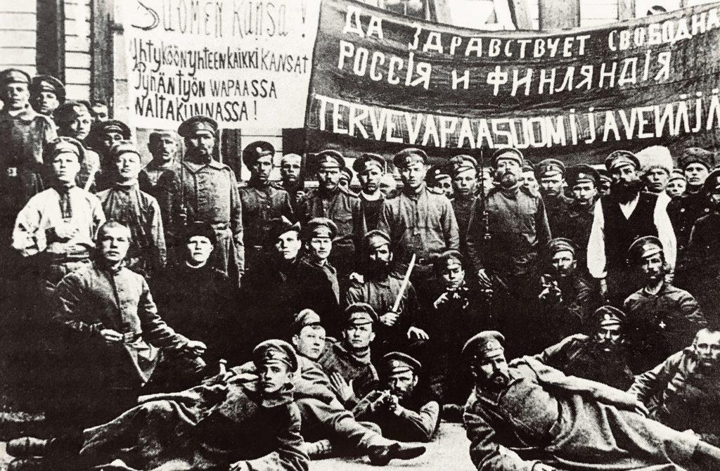 Punakaartilaiset veljeilivät venäläisten sotilaiden kanssa valokuvissa 1918.